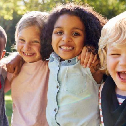 Suntem niște copii îmbrăcați în haine de adulți ce ne chinuim să fim serioși și responsabili. De parcă asta e starea noastră normală.