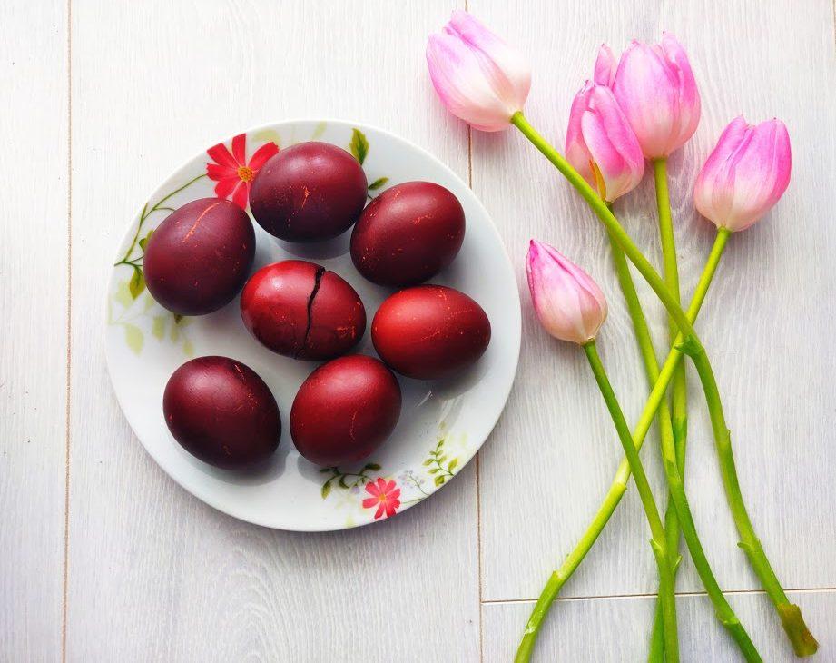 Ouă roșii vopsite fără chimicale